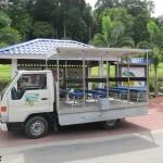الباص او العربة التي تتجول بك في الحديقة في حديقة الفواكة في لنكاوي