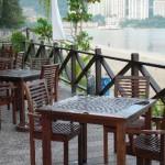 طاولات وكراسي مقابلة للشاطئ
