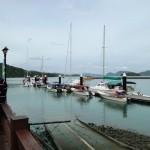 مجموعة يخوت تنتظر الركاب رحلة الغروب في لنكاوي