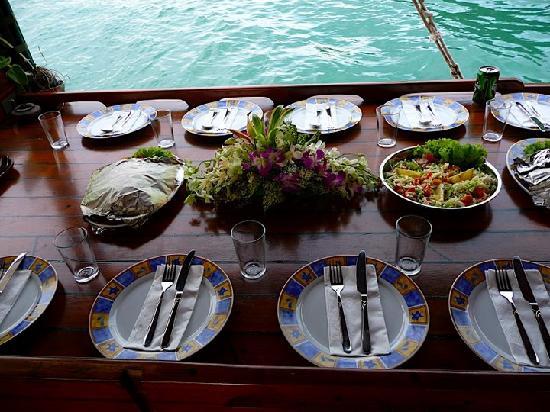 طاولة العشاء في رحلة الغروب