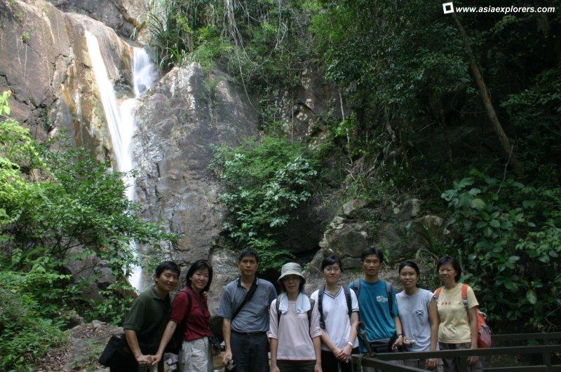 مجموعة من السياح في الشلال