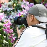 مصور يأخذ الصور الرائعة في حديقة النباتات و الزهور في بينانج