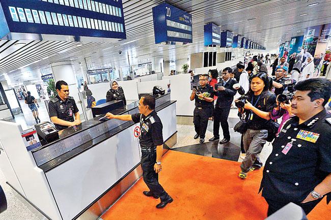 SEPANG, 18 Dis -- Ketua Pengarah Imigresen Datuk Mustafa Ibrahim meninjau kaunter di ASEAN Lane selepas merasmikan laluan itu di Lapangan Terabang Antarabangsa Kuala Lumpur (KLIA) di sini, hari ini. --fotoBERNAMA (2014) HAKCIPTA TERPELIHARA